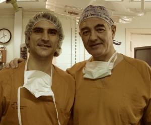 El Dr. Casamitjana (en la izquierda) con el que entonces era su residente, el Dr. Alberto Hernández.