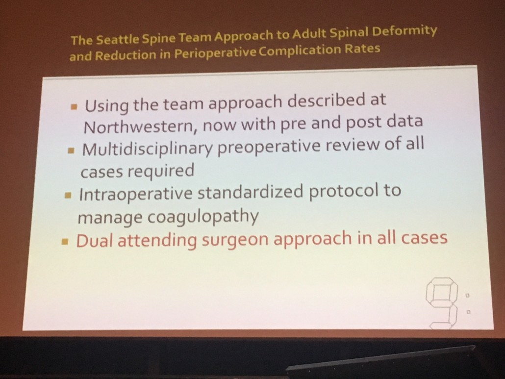 Diapositiva del Dr. Sethi poniendo de manifiesto la necesidad de que haya dos cirujanos experimentados en quirófano.